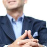"""Die Dreiecksbeziehung  """"Gewinn-Soziale Verantwortung - Gesundheit"""" in Balance zu bringen ist da Anliegen von Unternehmensberater Karl-Heinz Mersnik. Versuch einer fotografischen Darstellung für die Website durch Fokussierung auf das geschlossene Dreieck der Hände."""