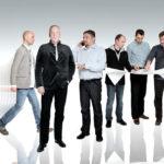 Das Teamporträt spiegelt den Tätigkeitsbereich eines Architekturbüros wieder: Eine planvolle Konstruktion als Resultat einer eingehenden Recherche, die bei näherer Betrachtung Konstellationen und Positionen darstellt. Montage aus 6 Einzel- bzw. Gruppenbildern.